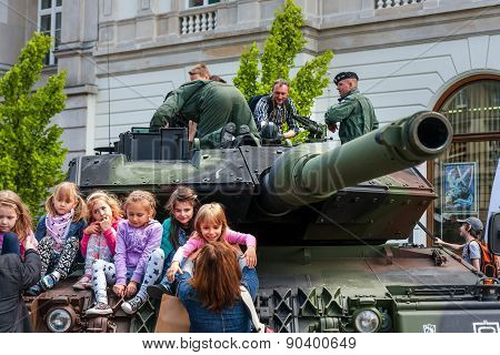 Leopard 2 Tank And Children