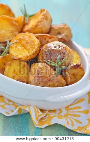 Oven baked potatoes with rosemary