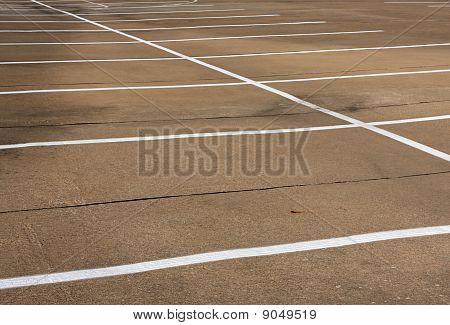 Espacios de estacionamiento vacíos