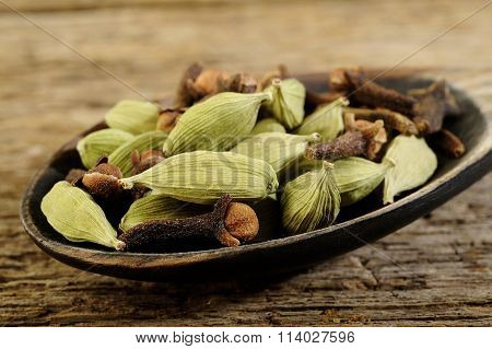 Dried Cardamom With Dried Cloves