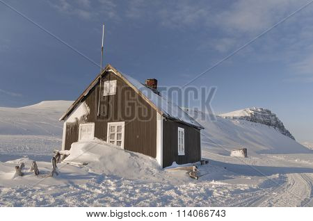 Cabin Of Wood In The Middle Of A Paradise Frozen - 2