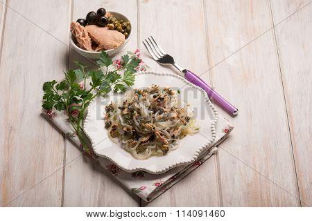 spaghetti shirataki with tuna black olives and capers