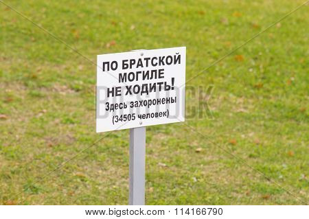 """Information Sign """"on The Mass Grave Did Not Go"""" On The Lawn Of The Foot Of The Monument Sc"""