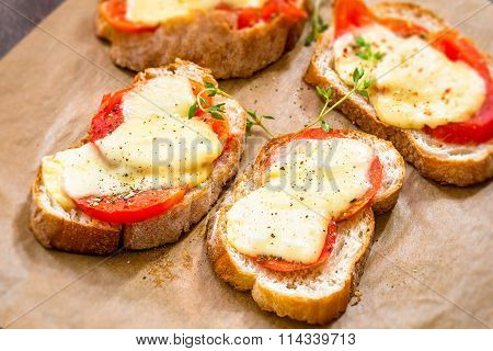 Crostini with tomato and cheese