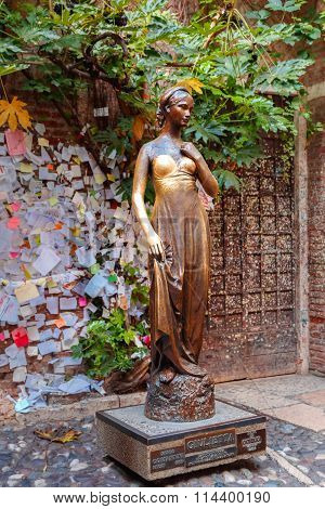 Juliet staue in Verona, Italy