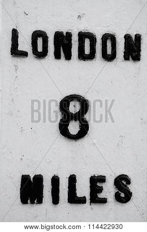 Londin 8 miles sign