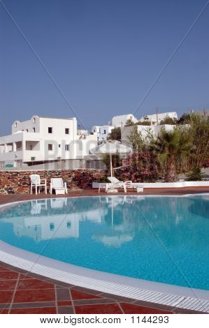 Piscina del Hotel con arquitectura de la isla griega