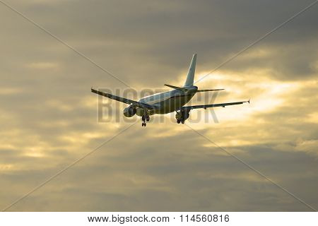 Departing into the evening sky Airbus A320-214 (EI-EYS) aviakompanii Russia