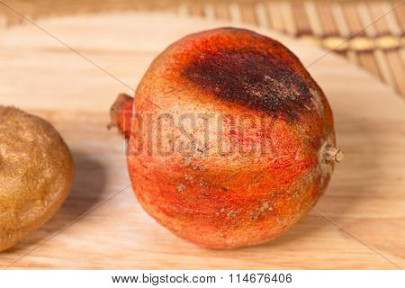 Bad pomegranate and kiwifruit