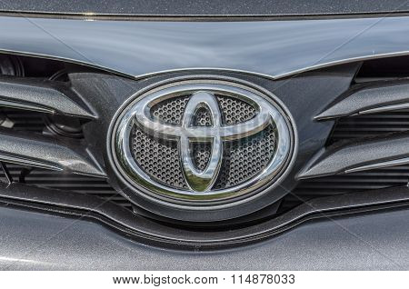 Toyota Avensis logo on front bumper