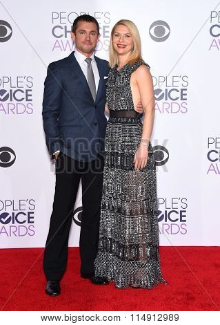 LOS ANGELES - JAN 06:  Claire Danes & Hugh Dancy arrives to the People's Choice Awards 2016  on January 06, 2016 in Hollywood, CA.