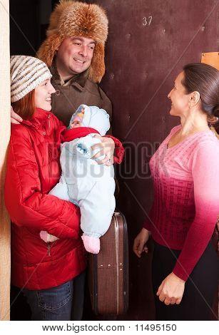 Família está chegando à casa de parentes