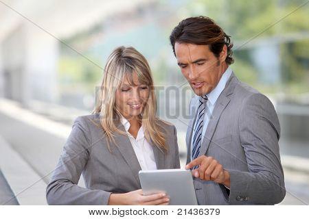 Business-Team mit elektronischen Tablet außerhalb Gebäude Büros