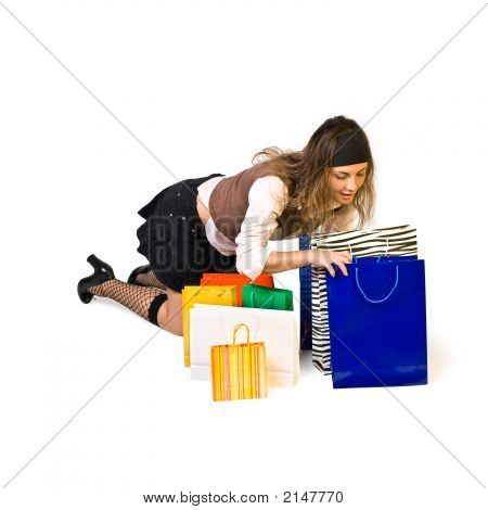 Menina bonita olha Shoppingbag e sorrisos