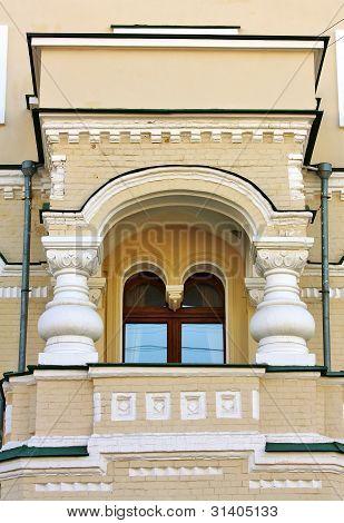 Fachada del edificio con balcón
