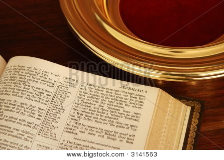 Bibel und Collection Plate