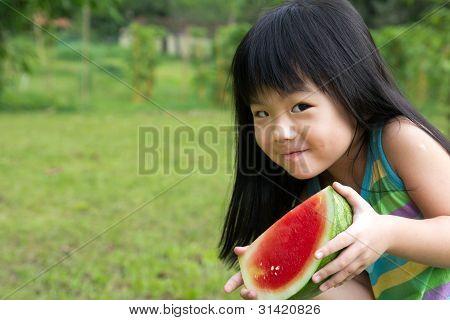 Niño feliz con sandía