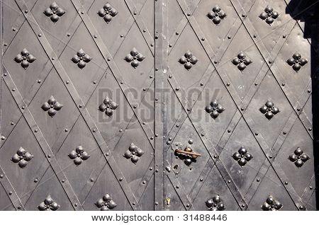 Fondo histórico de puertas metálicas