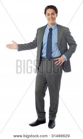 Empresário de sucesso, apresentando sobre fundo branco