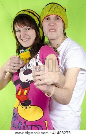 Um casal em rasta-cap