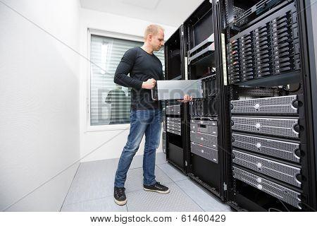 It consultant install blade server in datacenter