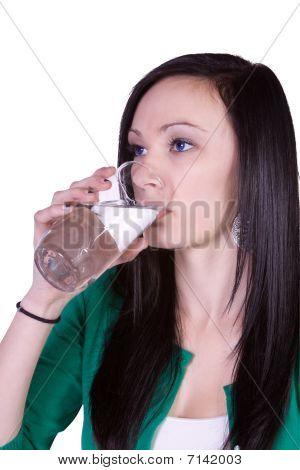 Água potável de menina bonita