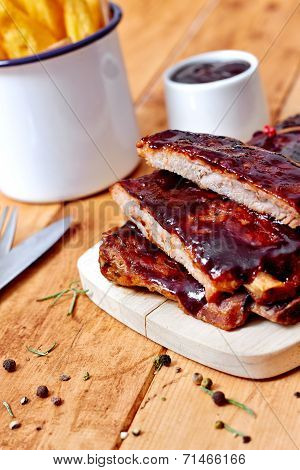 Barbecue ribs with fries