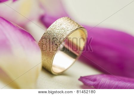 An Elegant Textured Gold Wedding Band