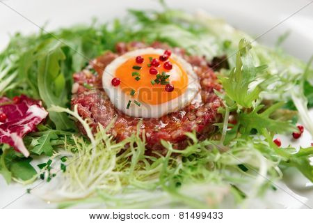 Beef tartare in plate, close-up �?�?�?е