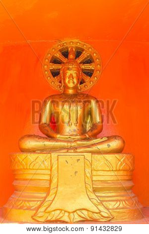 the gold sitting buddha statue