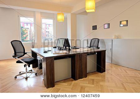 Einrichtung eines Büros mit Stühlen