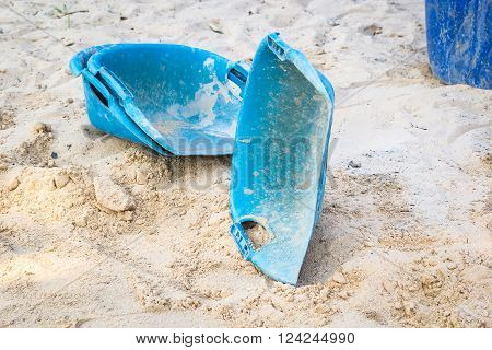 clam-shell shaped basket blue scoop the sand to the concrete mix.