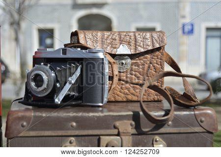 Máquina fotográfica vintage á venda numa feira de antiguidades