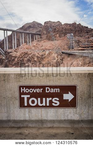 Sign directing visitors to the location of tours at the Hoover Dam.