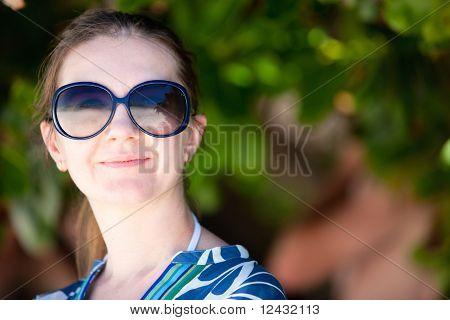 Retrato de mujer hermosa en gafas de sol