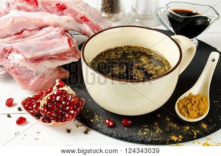 Marinade for skewers of soy sauce and pomegranate juice. Preparation barbecue pork ribs