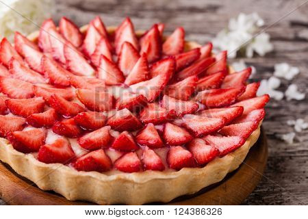Tart with strawberries and whipped cream