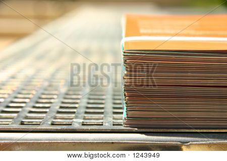 gebundene Flugblätter an einen Drucker