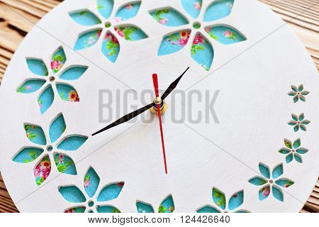 Master Class. Watch handmade. Step by step instructions for the manufacture of clocks. Ready product. Watch his hands.  The clock on the wooden background.