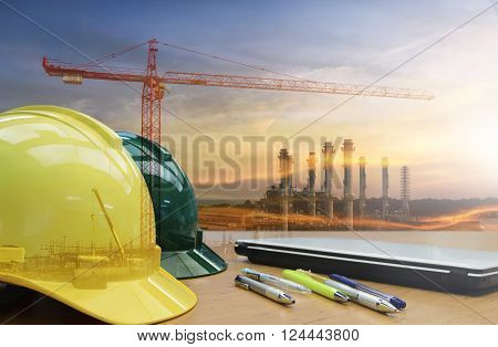 Construction worker Use personal protective equipment For creative work safely.