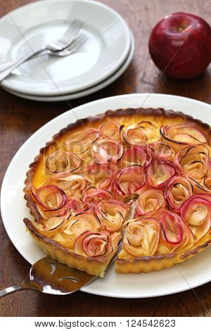 serving apple rose tart