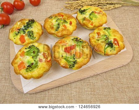 Muffin frittatas with rice, carrots, broccoli and tomatoes