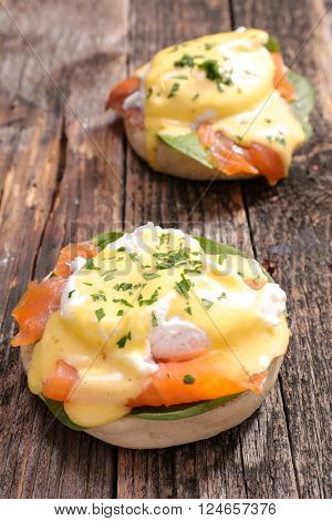 muffin with smoked salmon and poached egg