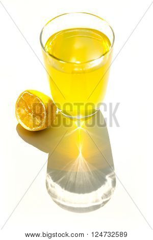 A photo pf a glass of natural lemonade.