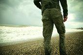 Постер, плакат: Человек и море Турист на летние каникулы Красивый морской пейзаж