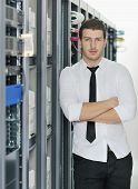 Young es Ingeniero en Datacenter Server Room