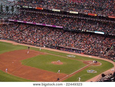 Rangers Pitcher lanza echada a masa gigantes con la bola en el aire