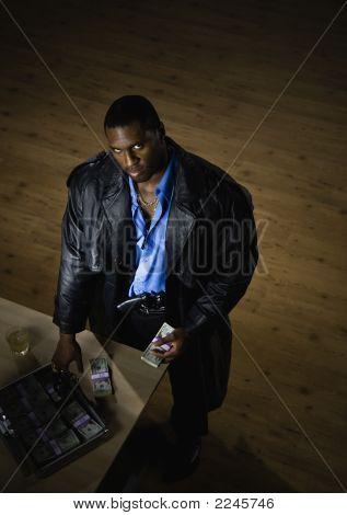 Mann zählen Geld am Schalter