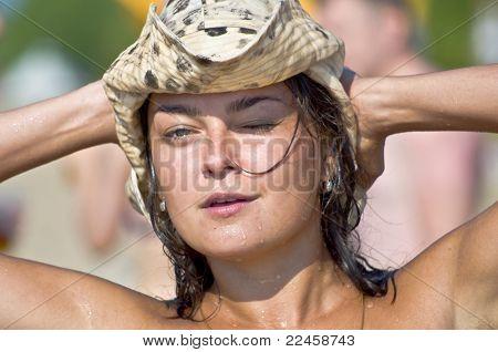 mulher em um chapéu na praia