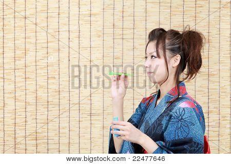 Mujer japonesa en ropa de kimono